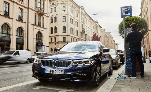 Varietate mai mare, autonomie electrică mai mare, emisii CO2 mai puţine: BMW 530e Sedan cu cea mai nouă tehnologie a celulelor de baterii şi opţional cu tracţiune integrală inteligentă