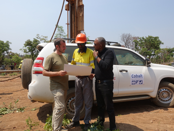 Niels Angel (BMW Group, left) and Jean-Luc Mathey (GIZ, right) learn more about artisanal mining from a local mining specialist in Kolwezi, DR Kongo