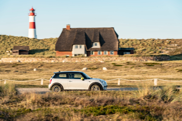 MINI Cooper SE - Electric driving fun on the North Sea coasts