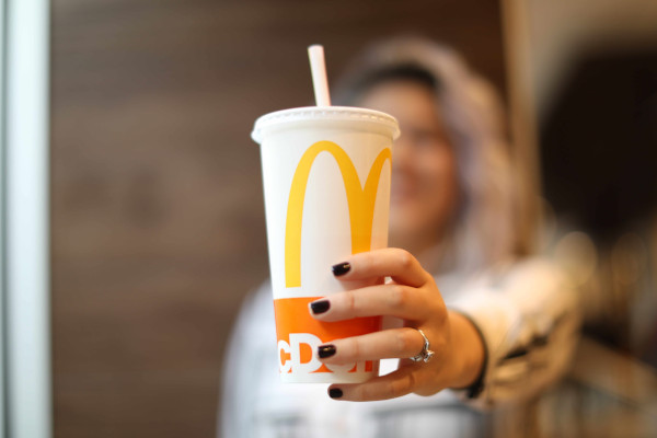 McDonalds testeaza alternative la paiele de plastic