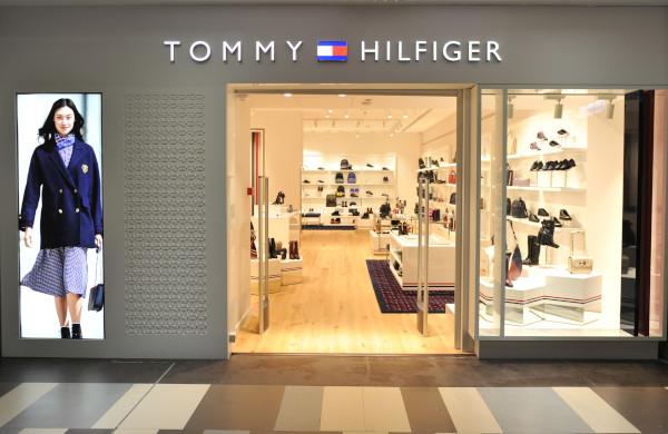 Magazinul Tommy Hilfiger de încălțăminte și accesorii se deschide în București, România