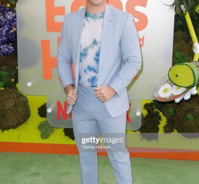 Adam Devine a purtat Tommy Hilfiger la premiera filmului Green Eggs And Ham