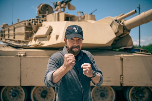 Chuck Norris vs vehicule militare