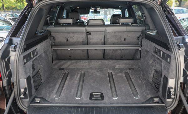 1860 de litri cu funcţii inteligente – soluţii tehnice care fac din portbagajul BMW X5 lider în ergonomie