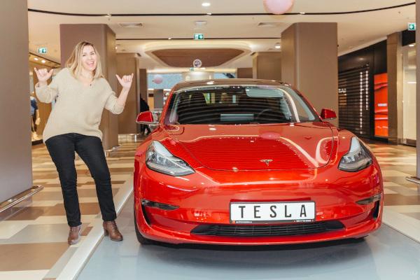 Bucuresti Mall-Vitan a premiat castigatorul masinii electrice Tesla Model 3