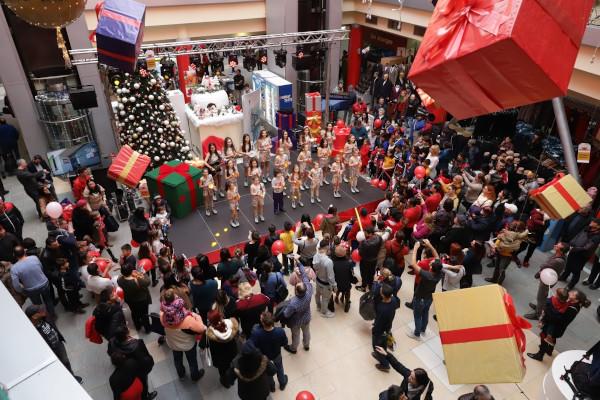 Sute de copii au primit cadouri de la Moş Crăciun la Dragonul Roșu