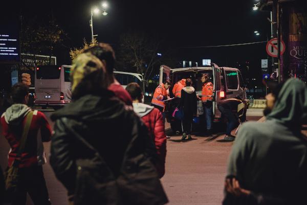 Voluntarii Carusel in timpul unei actiuni pe strazi, noaptea