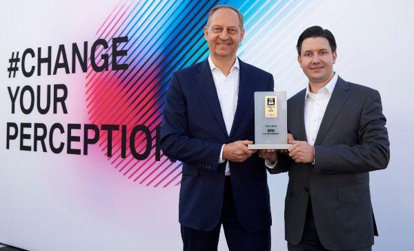 """BMW Group câştigă """"Connected Car Award"""" pentru utilizarea inteligenţei artificiale în producţie"""