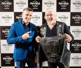 12 ani de Hard Rock Cafe în România și un nou suvenir care întregește colecția locală de memorabilia: celebra vestă de piele a lui Nicu Covaci