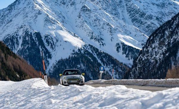 MINI Electric pregătit pentru o excursie la munte