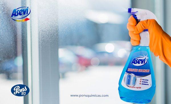 Întrebuințări la care nu v-ați fi gândit pentru soluția de curățat geamuri