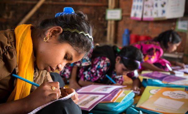 25 de ani de progrese inegale: În ciuda îmbunătățirilor realizate în domeniul educației, lumea continuă să fie un loc în care fetele se confruntă cu violența și discriminarea – UNICEF