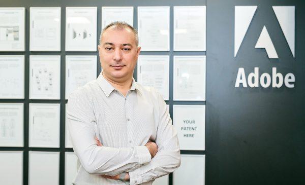Întreaga echipă Adobe România lucrează de la distanță. Angajații primesc sprijin financiar pentru echipamente de birou pentru acasă