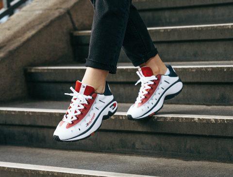Tommy Hilfiger lansează un nou model de sneaker în ediție limitată, inspirat de arhive ca celebrare a celei de a 35-a aniversare a brandului
