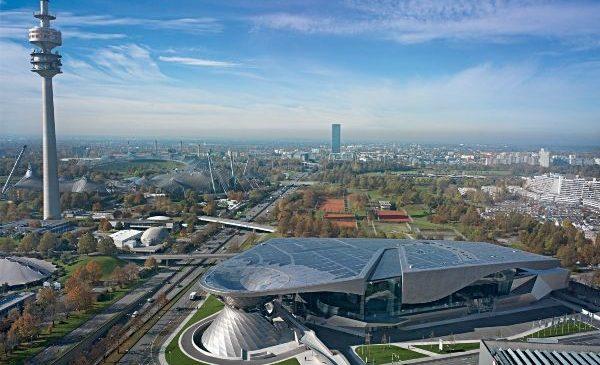 BMW Welt se redeschide din 4 mai cu serviciile de livrarea automobilelor, spaţii de prezentare şi magazine