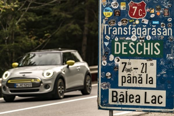 MINI Cooper SE at the Transfăgărășan in Romania