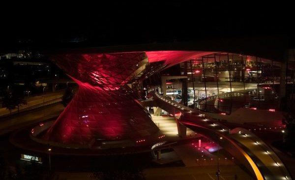 BMW Welt se redeschide pentru toţi vizitatorii şi îşi arată încrederea printr-un afişaj luminos