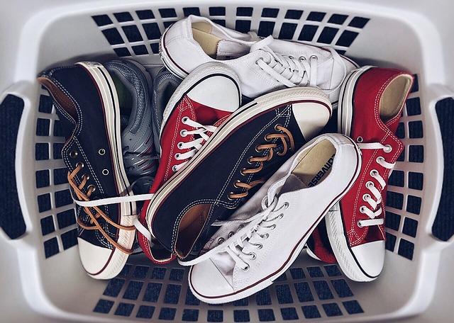 Cum cureți corect pantofii sport - 4 sfaturi practice