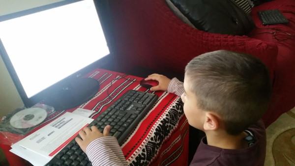1 iunie cu bucurie: 20 de copii din Rădășeni, Suceava, au primit calculatoare și alte echipamente ce le oferă acces la educația online