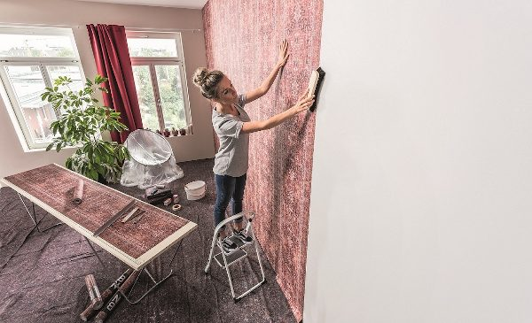 Hornbach: Cum decorează românii pereții interiori – vopsele în culori calde, tapet floral sau 3D și placări din lemn