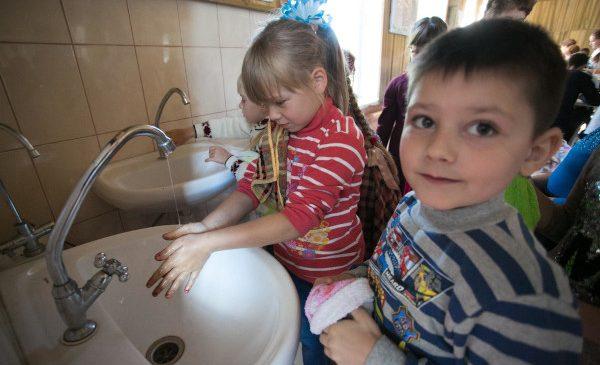 UNICEF și OMS: 1 din 4 școli din România nu deținea dotările minime necesare spălării mâinilor înaintea declanșării pandemiei de COVID-19