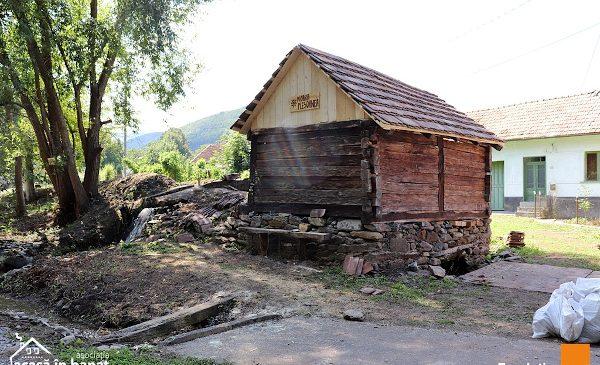 """Un nou traseu turistic, amenajat de voluntari: încă 5 mori de apă din Caraș Severin au fost renovate prin proiectul """"Salvăm Morile de Apă"""""""