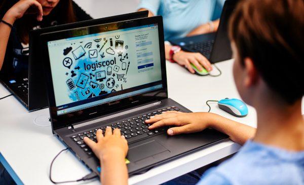 Elevii pot învăța programare la Logiscool, atât în sălile de clasă, cât și online