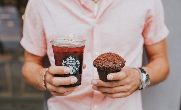 Starbucks a lansat capacul care va înlocui 1 miliard de paie pe an