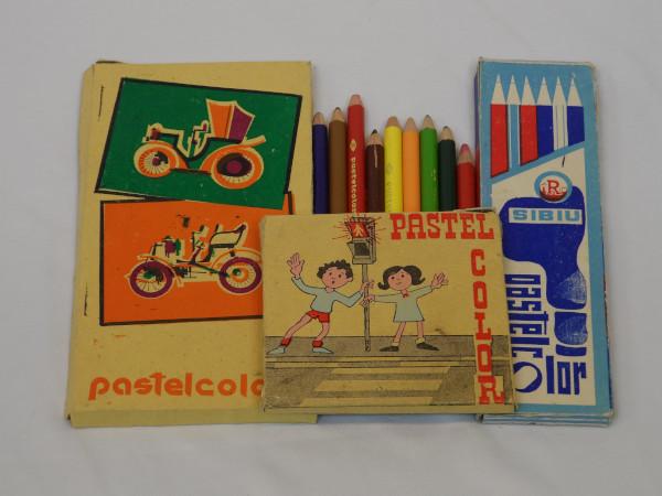 creioane colorate - Scoala de altadata Mega Mall Muzeul jucariilor
