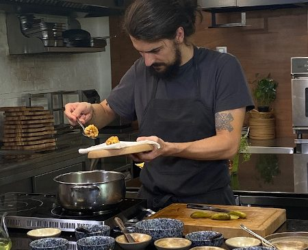 """Cel mai bun chef din România pariază pe noua bucătărie românească, la TVR 1: """"Guşti! Şi apoi mănânci – cu chef Alex Petricean"""""""