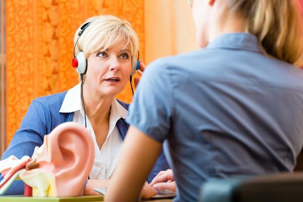 Clarfon oferă cadou baterii pentru 1 an la fiecare achiziție de aparate auditive