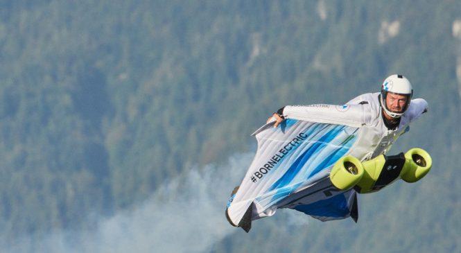 Mobilitate electrică în noi sfere: primul zbor cu costum cu aripi electrificat, propulsat de BMW i