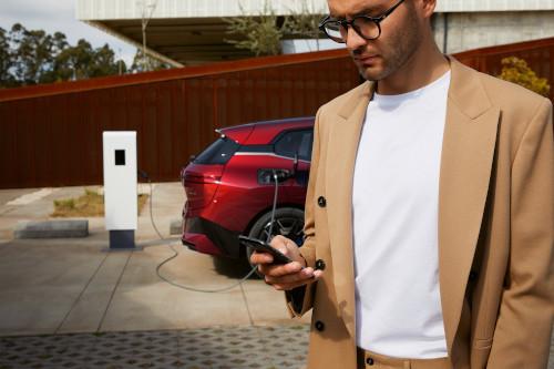 BMW Group şi Daimler Mobility îşi unesc forţele cu bp ca partener pentru Digital Charging Solutions GmbH, pentru a accelera şi mai mult creşterea electrificării