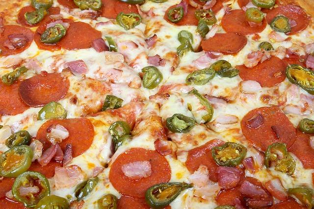 Studiu: Peste 4 milioane de căutări pentru pizza, burgeri, shaorma și sushi în 2020