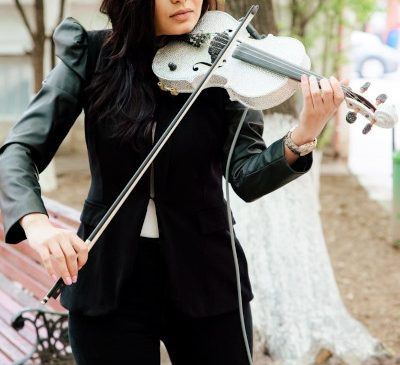 Fata cu Vioara de Cristal continuă recitalurile surpriză din țară în Săptămâna Patimilor pentru medici și copii