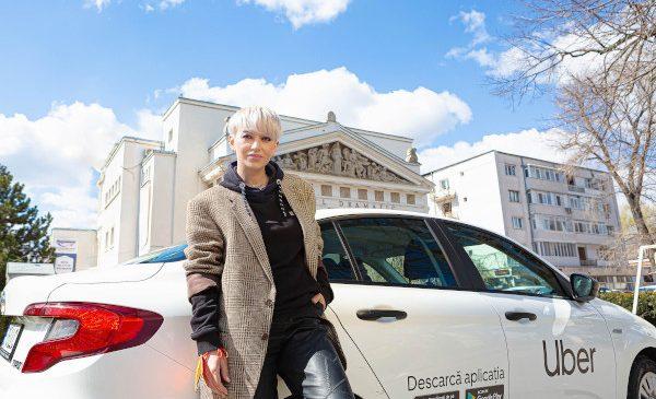 Uber ajunge în Galați. Artista Giulia Anghelescu este primul pasager Uber în Galați