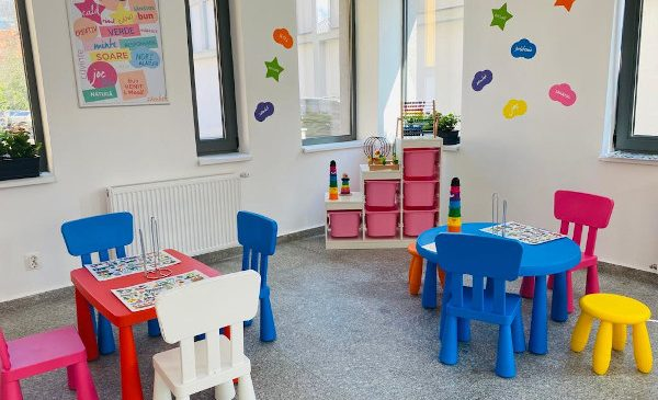 Auchan se implică în dotarea și amenajarea sălii de mese a Liceului Tehnologic Special pentru Deficienţi de Auz Cluj-Napoca