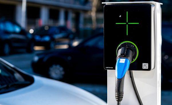 Românii de la LEKTRI.CO țintesc vânzări de 1.000 de stații de încărcare pentru mașini electrice în 2021