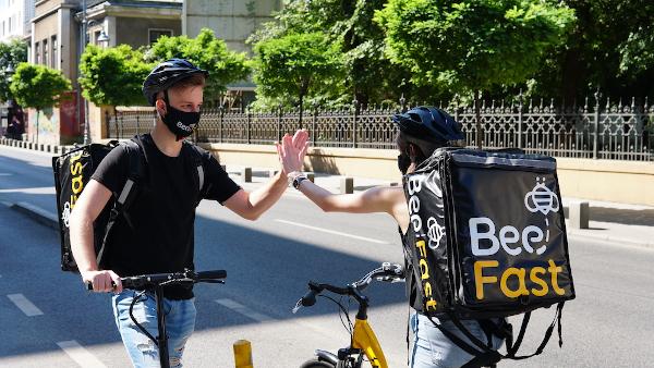 BeeFast extinde programul de livrare, până la ora 24.00. Tendință accelerată spre q-commerce