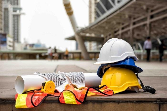 Căștile de protecție folosite pe șantierul de construcții
