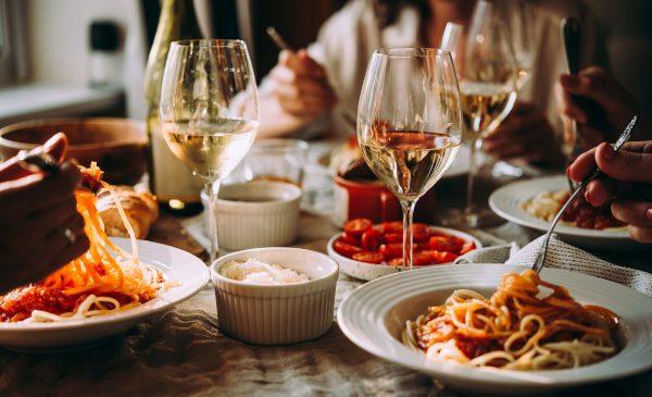 foodpanda îți recomandă 10 preparate culinare pe care să le încerci alături de un pahar cu vin într-o seară de vară