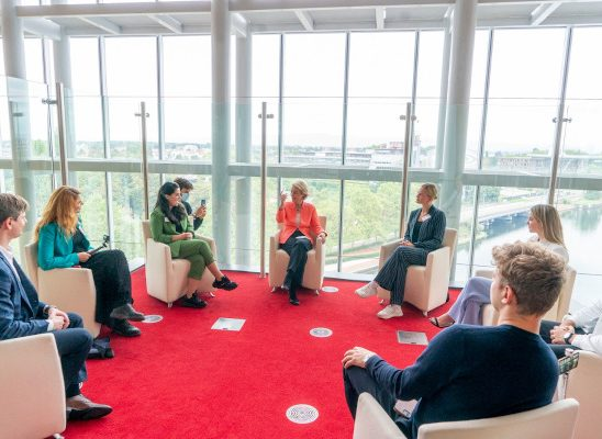 """Oana Tache – primul jurnalist român invitat să modereze dezbaterea NEXT GENERATION EU la """"European Youth Event"""" la Parlamentul European"""