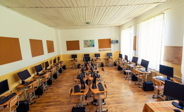 Rocanotherworld susține educația din zonele defavorizate