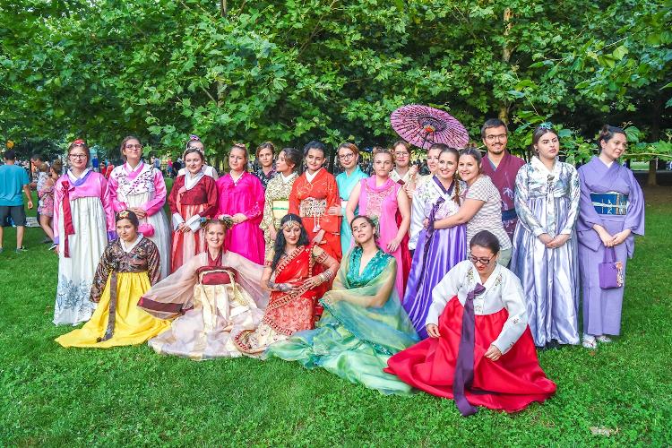prezentare a costumelor tradiționale asiatice ASia Fest